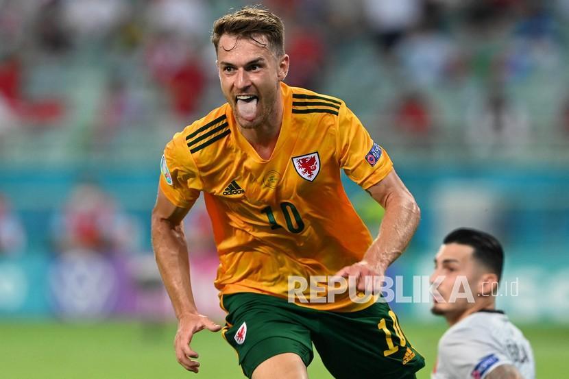 Pemain Wales Aaron Ramsey merayakan gol pertama timnya pada pertandingan grup A kejuaraan sepak bola Euro 2020 antara Turki dan Wales di stadion Olimpiade di Baku, Azerbaijan, Rabu (16/6).