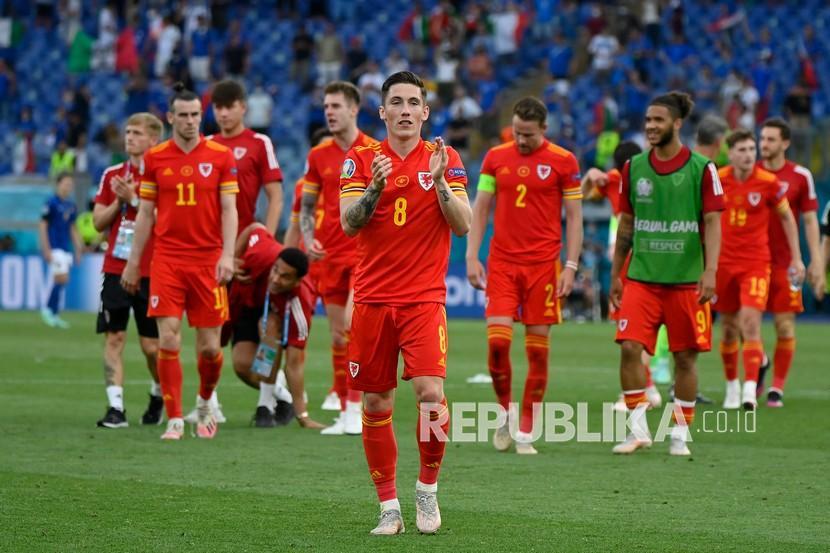 Pemain wales Harry Wilson dari Wales memberi tepuk tangan kepada para penggemar di akhir pertandingan grup A kejuaraan sepak bola Euro 2020 antara Italia dan Wales, di stadion Olimpiade Roma, Ahad (20/6).