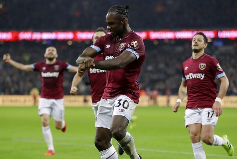 Pemain West Ham United Michail Antonio (tengah) merayakan golnya ke gawang Liverpool.