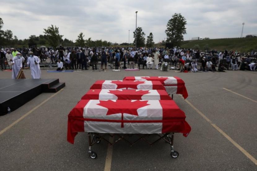 Pemakaman Keluarga Muslim Kanada Dihadiri Ratusan Pelayat. Pemakaman keluarga Muslim korban islamofobia diIslamic Centre of Southwest Ontario,London, Ontario, Kanadadihadiri ratusan pelayat, Sabtu (12/6). Tampak peti mati keluargaAfzaal yang dibungkus bendera Kanada.