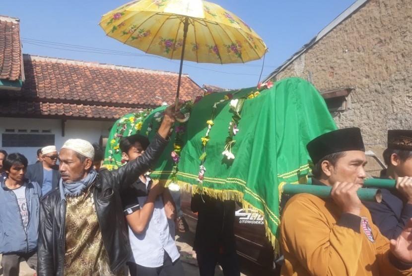 Pemakaman penyanyi pop Sunda, Asep Darso yang juga anak dari almarhum Darso dipadati oleh pelayat di Kampung Mulyasari, Desa Gandasari, Kabupaten Bandung, Senin (15/7).