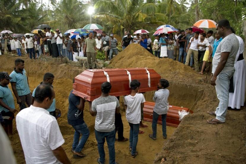Pemakaman tiga anggota keluarga korban serangan bom di Gereja St. Sebastian di Negombo, Sri Lanka, Senin (22/4).