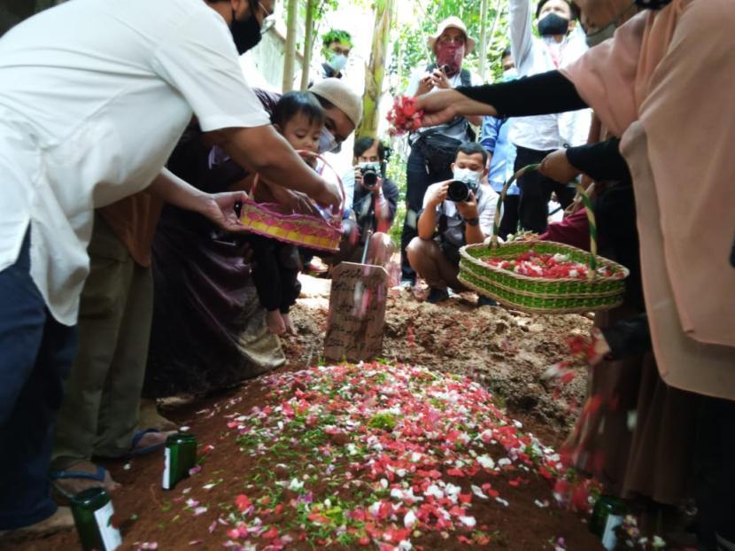 Pemakaman Ustaz Maaher at-Thuwailibi di Pondok Pesantren Darul Quran, Cipondoh, Kota Tangerang, Banten.