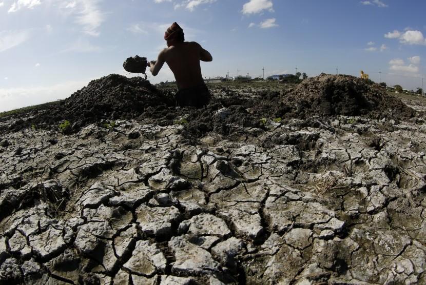 Pemanasan global menyebabkan suhu bumi bertambah panas dan es di kutub terus menipis.