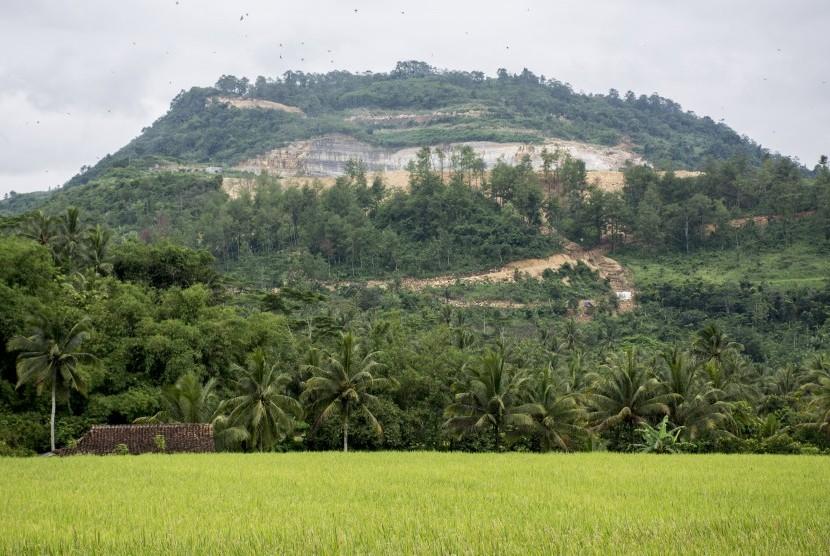 Pemandangan bukit yang rusak akibat aktivitas penambangan di Desa Sirnaresmi, Gunungguruh, Sukabumi, Jawa Barat, Rabu (26/12/2018). Wahana Lingkungan Hidup (Walhi) mencatat, sekitar 400 ribu hektare lahan hijau di Jawa Barat mengalami fase kritis yang salah satunya diakibatkan oleh aktivitas penambangan serta pembalakan hutan.