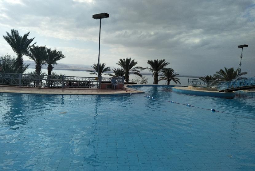 Pemandangan dari kolam renang di tempat wisawata Laut Mati, Yordania.