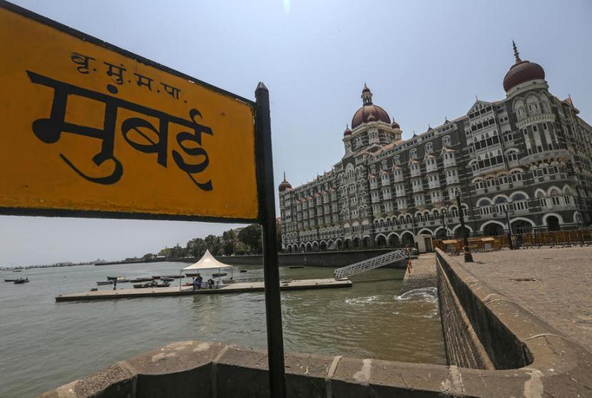 Pemandangan di sekitar Taj Mahal Palace Hotel di Mumbai, India, yang sepi. Biasanya kawasan turis ini selalu padat. Lonjakan kasus Covid-19 di India mengakibatkan sejumlah kawasan memberlakukan jam keluar, bahkan lockdown.
