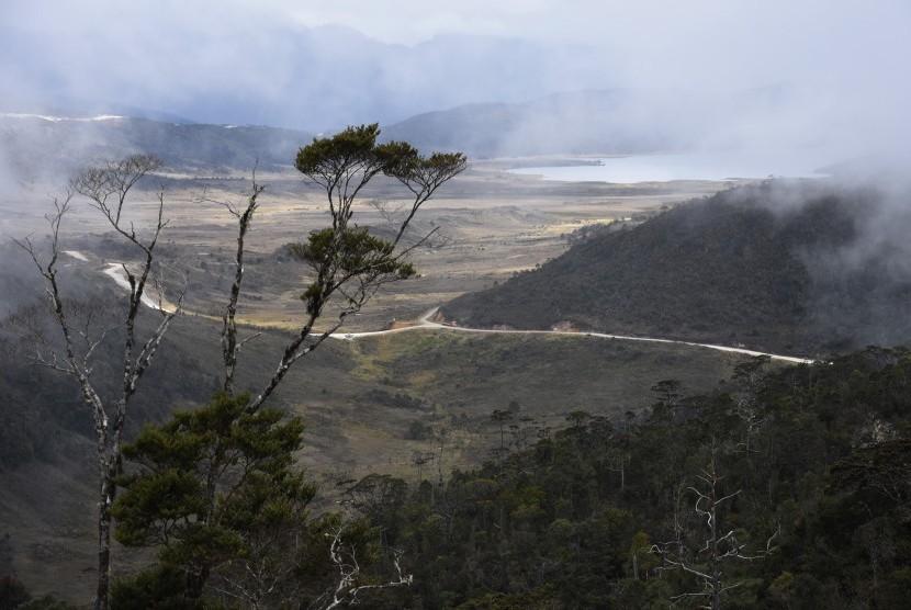 Pemandangan Jalur Trans Papua di ruas jalan Wamena-Habema, Papua.