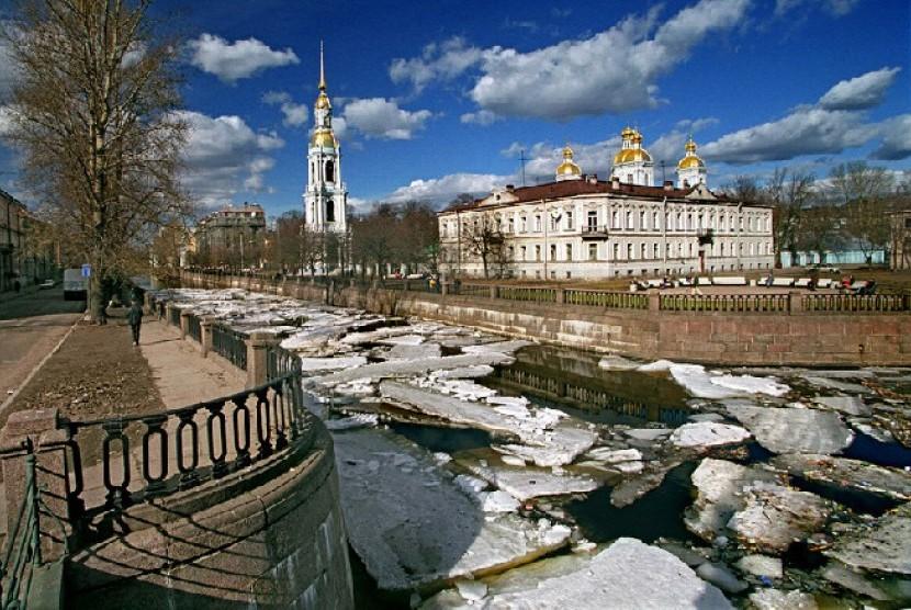 Pemandangan Katedral St Nicholas di St Petersburg, Rusia