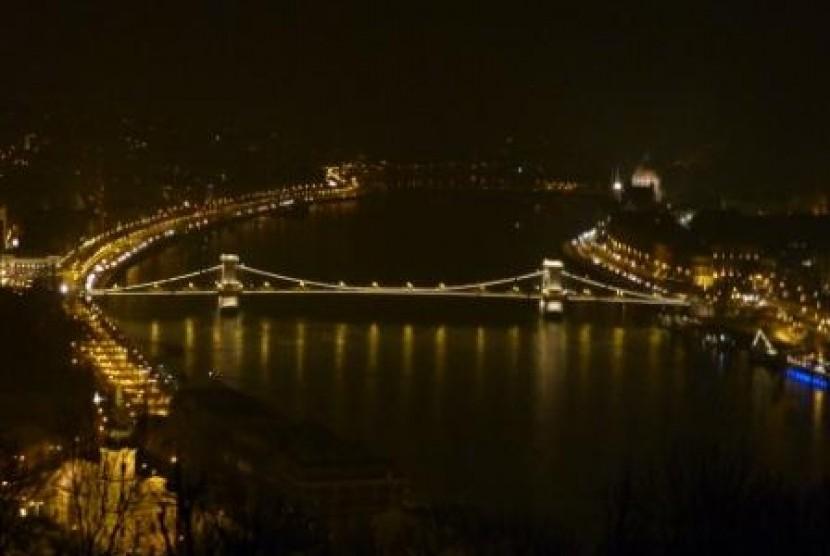 Pemandangan Kota Budapest dengan Sungai Danube-nya di malam hari.