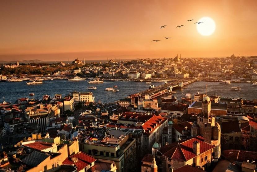 Istanbul mengalami puncak kejayaan pada masa Ottoman. Pemandangan Kota Istanbul di suatu senja.