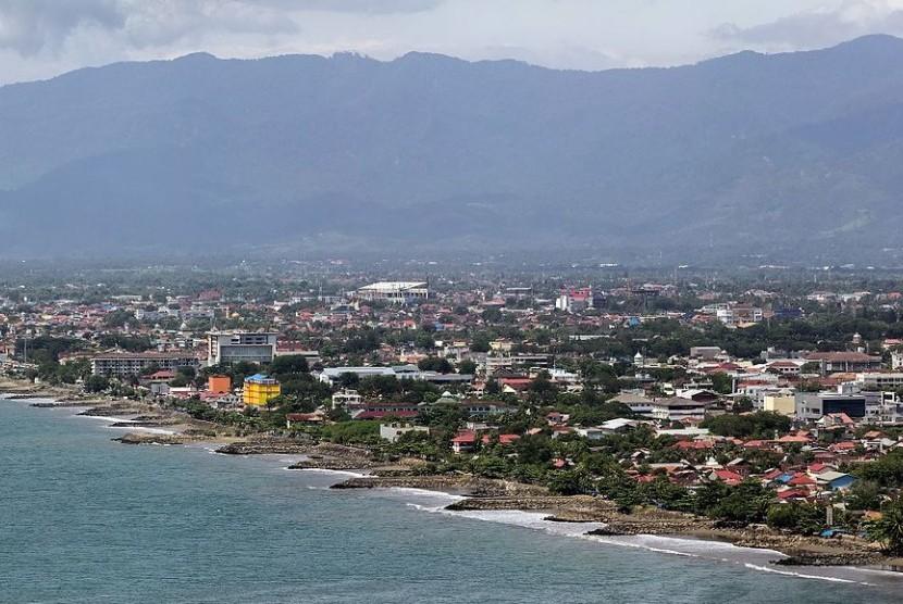 Pemandangan Kota Padang dengan latar belakang Gunung Padang