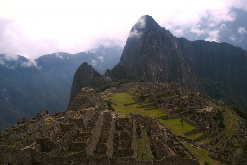 Pemandangan Machu Picchu dari atas bukit. Situs kuno ini pertama dibangun pada tahun 1450.