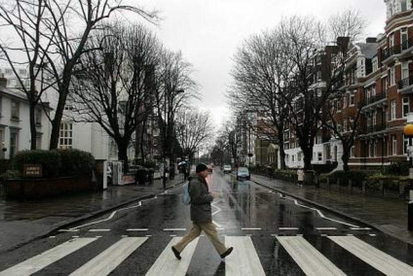 Pemandangan satu spot terkenal di London, Abbey Road.