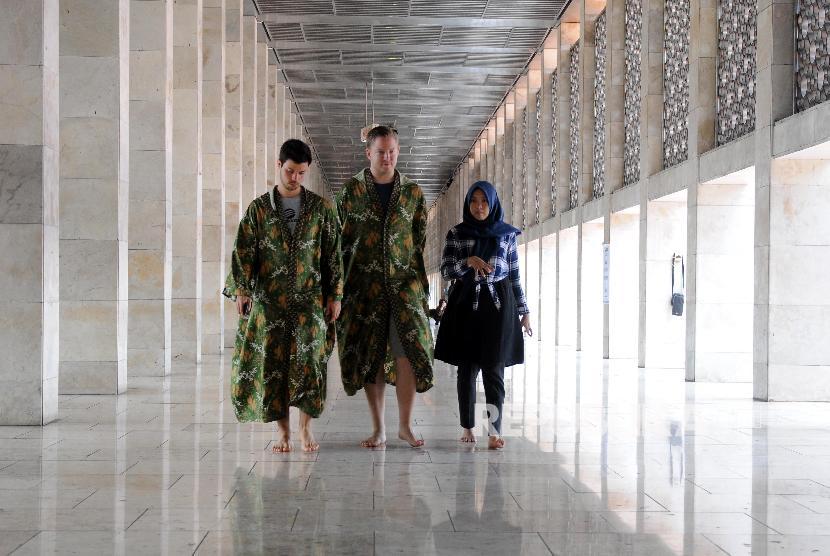 Pemandu wisata memberikan penjelasan kepada turis mancanegara di Masjid Istiqlal, Jakarta, Ahad (28/1). Jakarta merupakan salah satu destinasi wisata halal Indonesia.