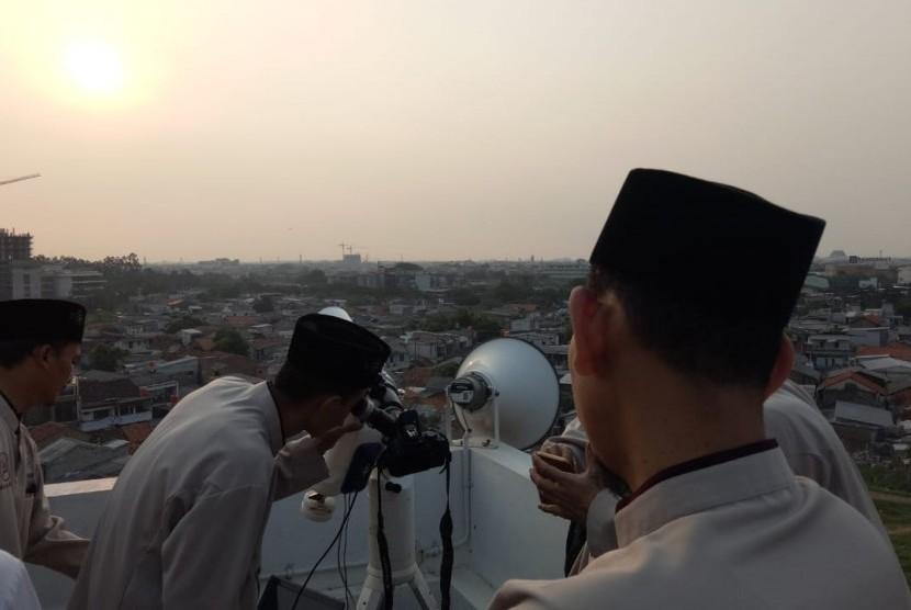 Pemantauan hilal di Masjid Raya KH Hasyim Asyari, Jakarta Barat, Kamis (14/6).