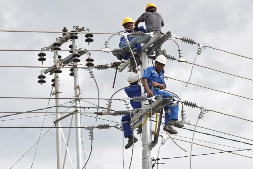 Pemasangan jaringan listrik PLN. (Ilustrasi)