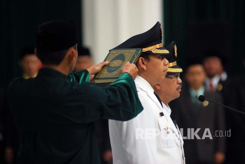 Pembacaan sumpah jabatan Bupati Cianjur Irvan Rivano Muchtar beserta wakilnya Herman Suherman periode 2016/2021 di Gedung Sate, Kota Bandung, Rabu (18/5). (Foto: Dede Lukman Hakim)