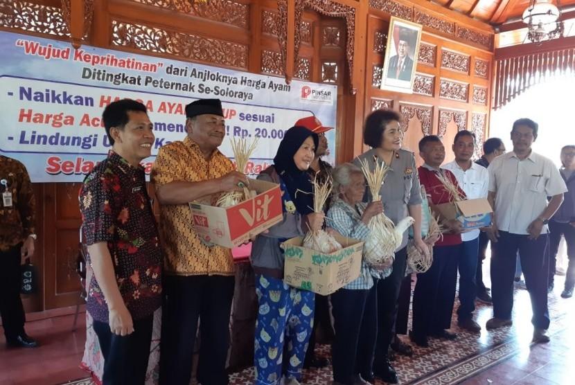 Pembagian ayam hidup kepada warga kurang mampu di Kota Solo yang dilakukan oleh Pinsar Indonesia, di kantor Kelurahan Jebres, Solo, Rabu (26/6).