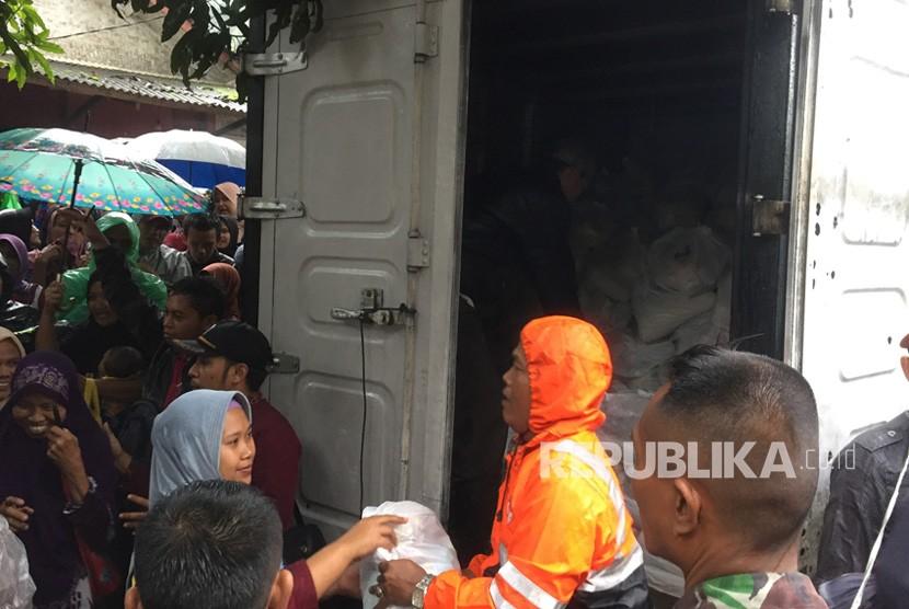 Pembagian bantuan bagi korban banjir bandang Tasikmalaya, Jumat (9/11).