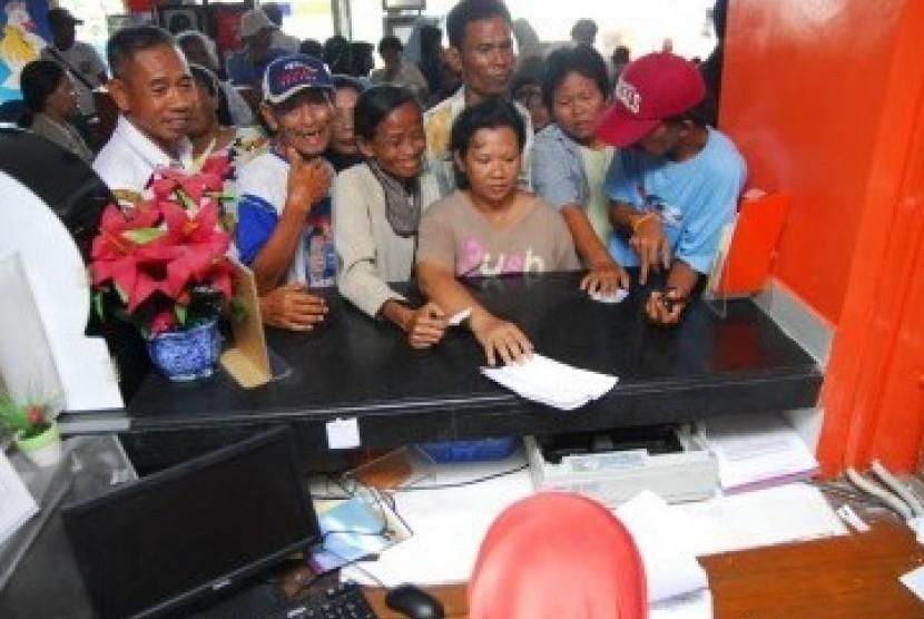 Pembagian bantuan langsung tunai (BLT) bagi masyarakat miskin (ilustrasi).