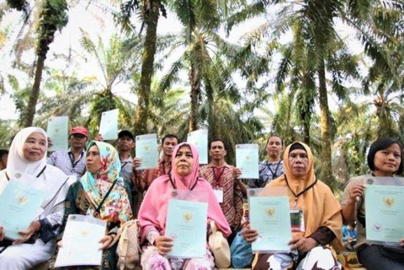 Pembagian sertifikat tanah di Desa Suka Maju, Kecamatan Bagan Sinembah, Kabupaten Rokan Hilir, Provinsi Riau, Rabu (9/5).