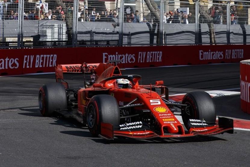 Pembalap Ferrari Sebastian Vettel mengendarai mobil SF90.