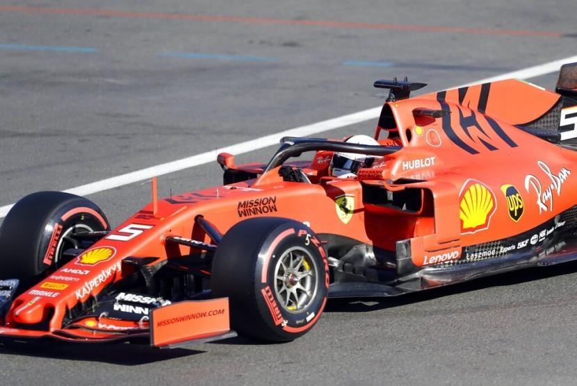 Pembalap Ferrari Sebastian Vettel saat sesi latihan bebas di Sirkuit Baku, Azerbaijan, Sabtu (27/4).