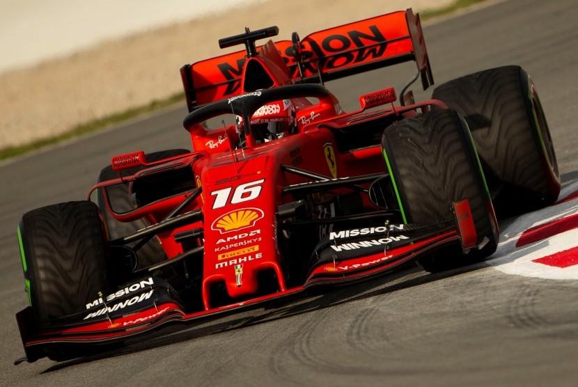 Pembalap Formula Satu (F1) dari tim Ferrari Charles Leclerc mengendarai mobilnya.