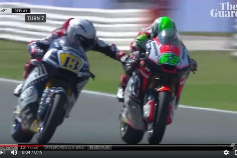 Pembalap Marco Fenati (kiri) menarik tuas rem lawan saat balapan