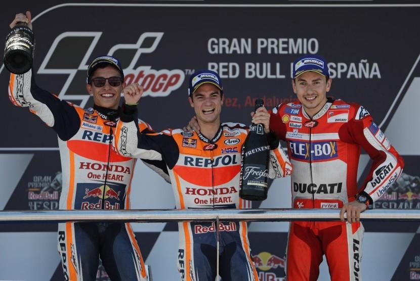Pembalap MotoGP Dani Pedrosa (tengah), Marc Marquez (kiri) dan Jorge Lorenzo, saat merayakan kemenangan di podium Grand Prix Sepeda Motor Spanyol, Jerez de la Frontera, Minggu (7/5).