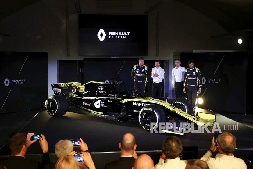 Pembalap Nico Hulkenberg  dan Daniel Ricciardo berpose di dekat mobil baru pada peluncuran musim Tim F1 Renault 2019 di Whiteways Technical Center, di Oxford, Inggris, Selasa (12/2/2019).