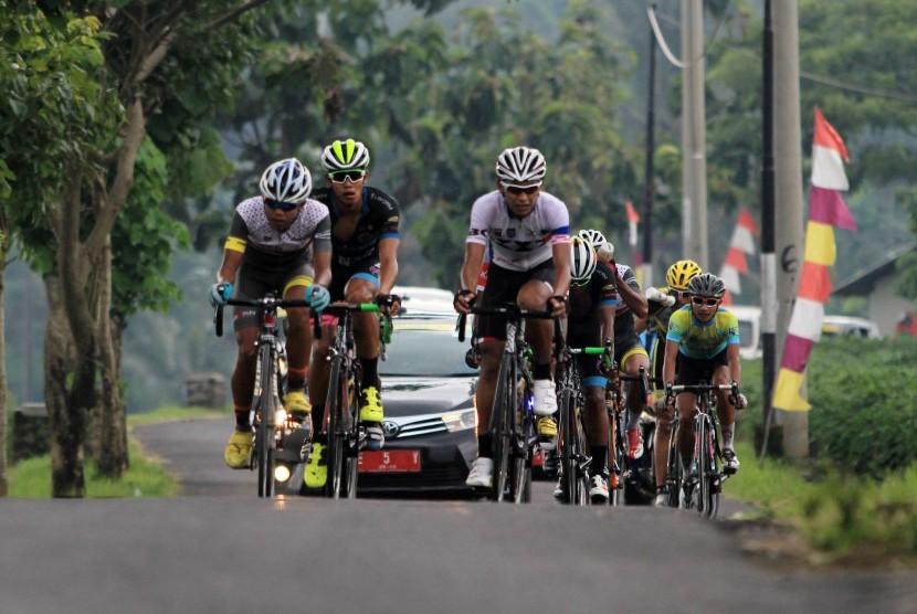 Pembalap sepeda beradu kecepatan pada etape pertama Tour de Linggarjati 2016 di Kuningan, Jawa Barat, Jumat (28/10).