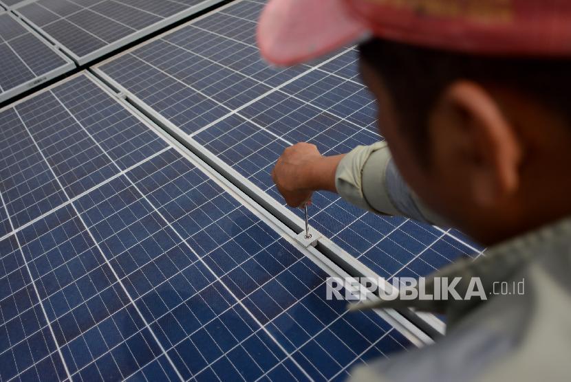 Pembangkit Listrik Tenaga Surya (PLTS). Menteri Energi dan Sumber Daya Mineral (ESDM) Arifin Tasrif mengatakan saat ini pemerintah tengah fokus mengembangan energi baru terbarukan (EBT) untuk mengejar target bauran energi 23 persen pada 2025 mendatang.