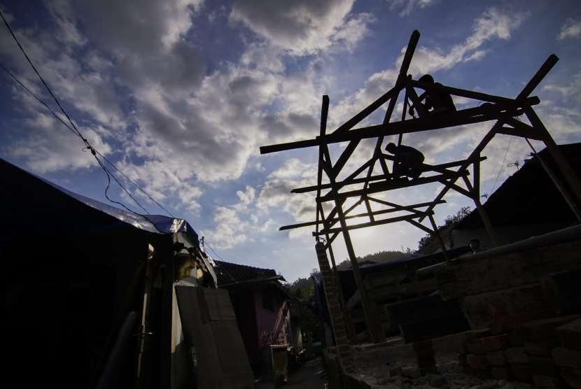 Pembangunan hunian sementara untuk warga terdampak bencana.