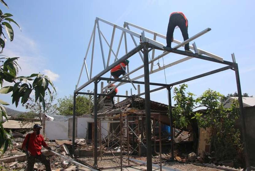 Pembangunan hunian transisi (huntras) yang dilakukan Fakultas Teknik Universitas Gadjah Mada (UGM) di Nusa Tenggara Barat.