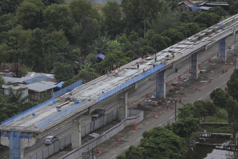 Pembangunan infrastruktur Light Rail Transit (LRT) atau kereta ringan di Palembang, Sumatra Selatan, Jumat (25/11).