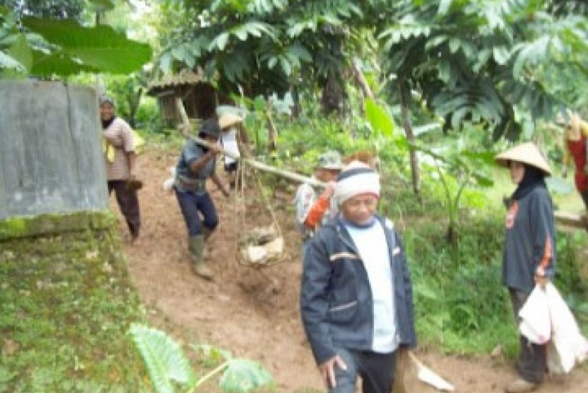 Pembangunan jalan desa melalui program PNPM, ilustrasi