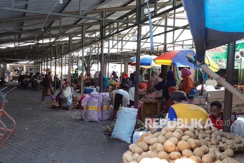 Pembangunan pasar darurat Pasar Legi di Jalan Sabang dan halaman parkir utara pasar sudah selesai dikerjakan. Rencananya, para pedagang akan mulai menempati pasar darurat pada Jumat (7/12) pekan depan.