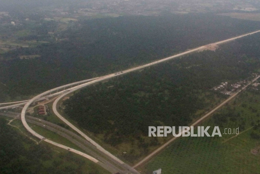 Pembangunan Tol Trans Sumatra di Deli Serdang, Sumatra Utara, Jumat (19/8).