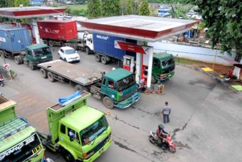 Pembatasan BBM Bersubsidi. Angkutan peti kemas mengisi bahan bakar minyak (BBM) di SPBU