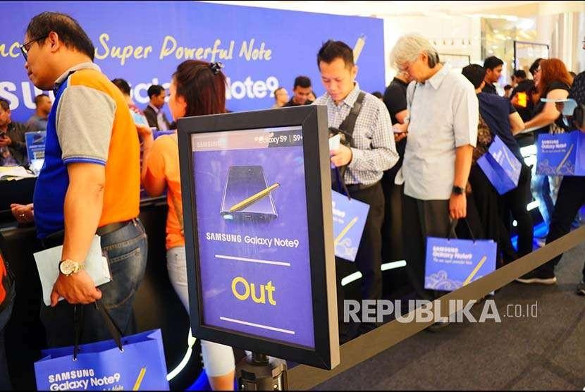 Pembeli Samsung Note 9  mengantre untuk memperoleh bonus bundling yang bagi pembeli pre-order di Jakarta, Jumat (24/8). Dalam waktu dua hari Samsung Note 9 bagi pembeli pre-order ludes terjual.