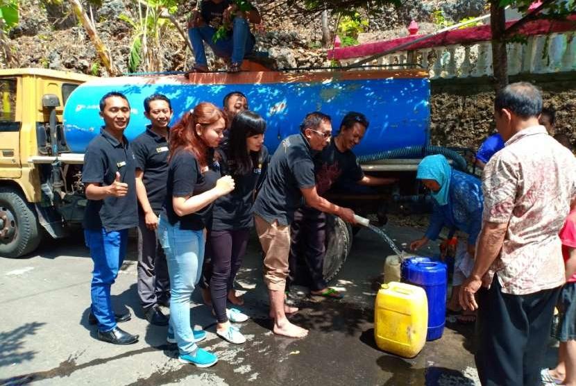 Pemberian bantuan air bersih dari Lynn Hotel.