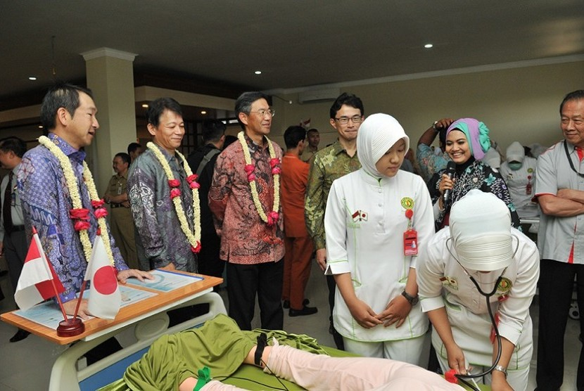 Pemberian bantuan dan fasilitas pendidikan bagi STIKES Cendekia Utama, Kudus, Jawa Tengah, oleh Djarum Foundation bersama Sumitomo Mitsui Banking Corporation