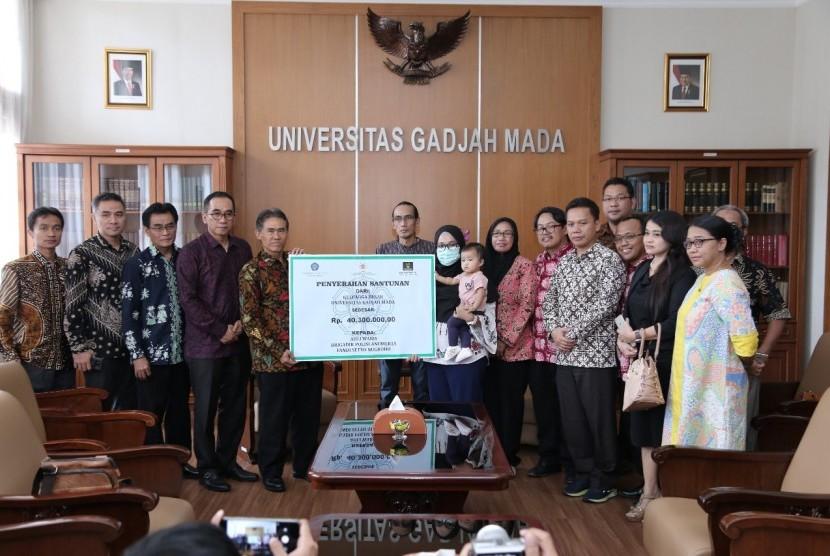 Pemberian santunan dari Keluarga Alumni Universitas Gadjah Mada (UGM) kepada keluarga almarhum Briptu Fandi.