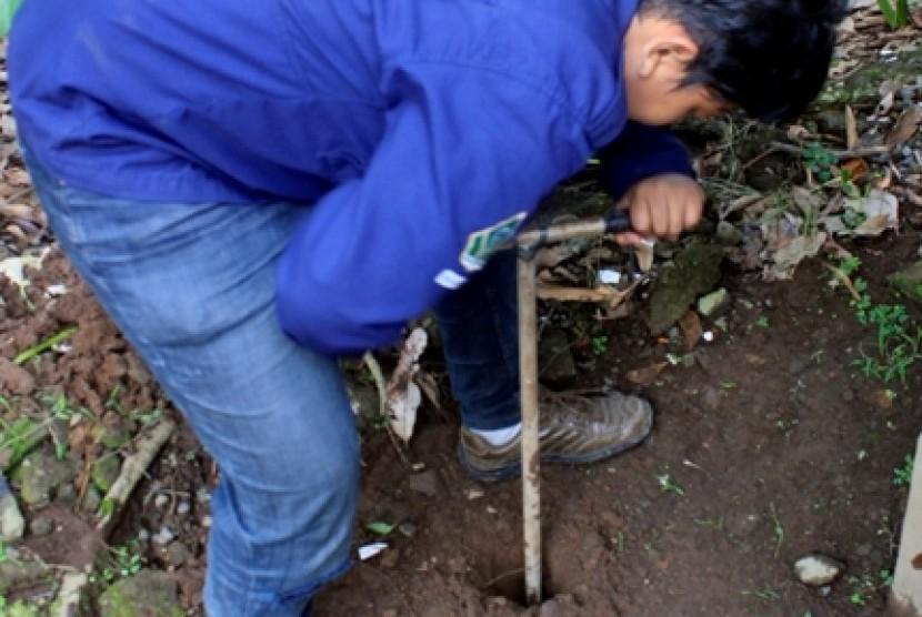 Pembuatan lubang biopori.