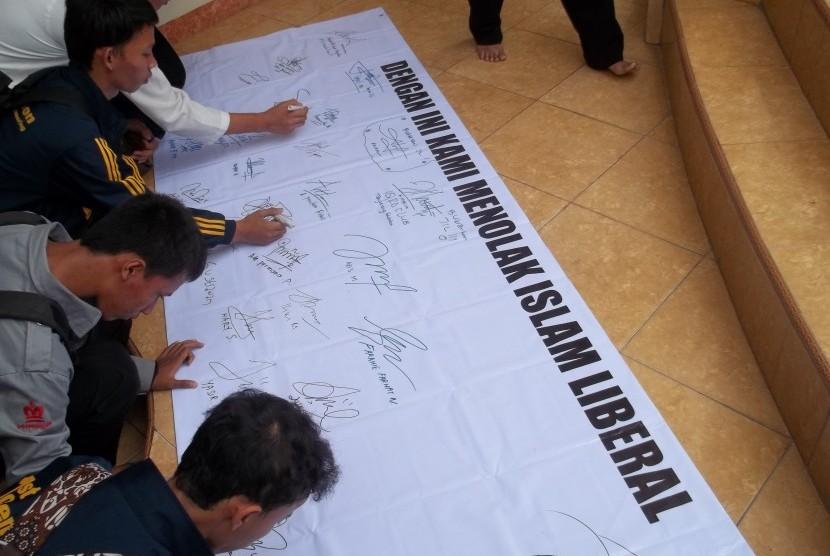 Pembubuhan tanda tangan oleh para pelajar, sebagai bentuk dukungan terhadap penolakan Islam Liberal.
