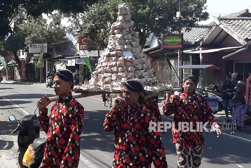 Pembukaan Pasar Sore Ramadhan Nitikan di depan Masjid Muthohirin, Kelurahan Sorosutan, Kecamatan Umbulharjo, Kota Yogyakarta, Ahad (13/5).