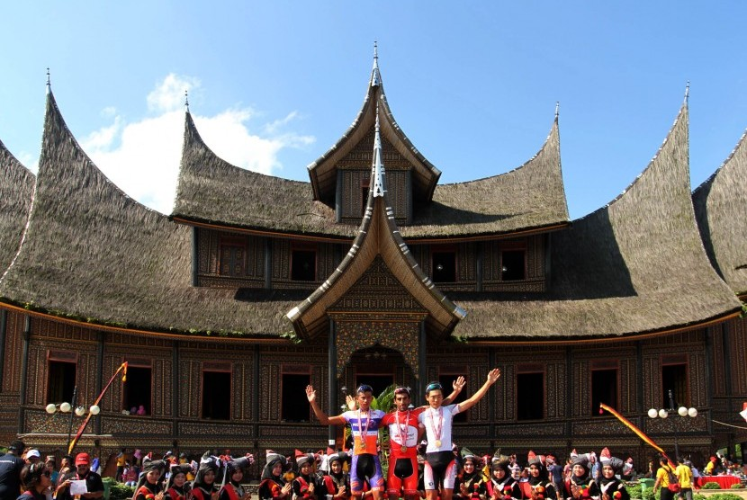 Pemenang etape tiga Tour de Singkarak melakukan sesi foto bersama usai menerima hadiah di objek wisata Istano Pagaruyuang, Kabupaten Tanah Datar, Sumbar, Senin (9/6). (Antara/Muhammad Arif Pribadi)