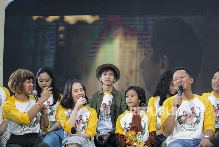 Pemeran film Keluarga Cemara, Ringgo Agus Rahman (kanan), Nirina Zubir (kiri), Adhisty Zara (kedua kiri) dan Widuri Putri (kedua kanan) memberikan keterangan kepada media pada acara gala premier film Keluarga Cemara di Jakarta, Kamis (20/12).
